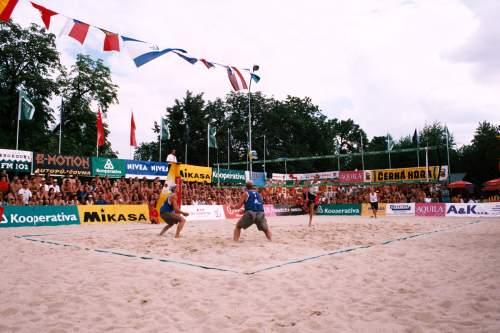 Snímek z finálového zápasu ME mužů 2004 : proti útoku holandské dvojice v obraně Stejskal s Bízou