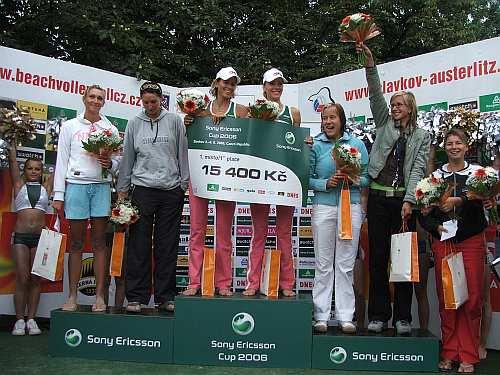 Vyhlášení vítězek mezinárodního z turnaje Sony Ericsson Cup 2006 žen - Šárka Nakládalová a Tereza Tobiášová (uprostřed) jež se konal v termínu 3.-5. srpna 2006