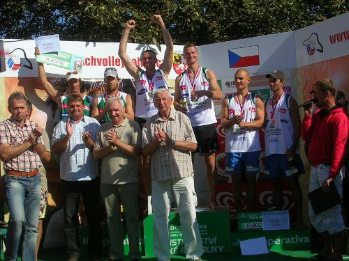 Vyhlášení vítězů - zleva stříbrní Bíza-Kufa, zlatí Beneš-Kubala, bronzoví Tichý-Dumek