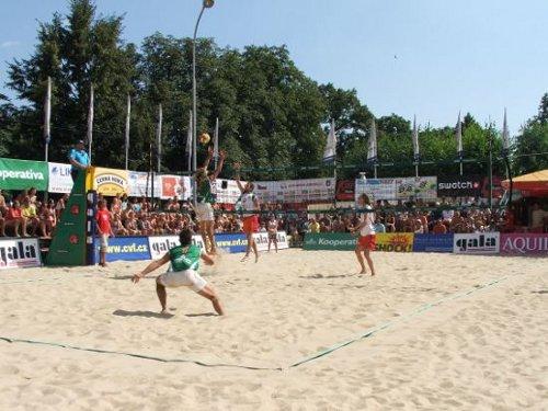 Mezinárodní turnaj mužů a žen SUPER KOOPERATIVA CUP 2009 (13. - 16.  srpna 2009) - snímek z finálového utkání - útočí domácí dvojice Kolář -  Nezdařil, brání vítězové turnaje Kufa - Weiss.